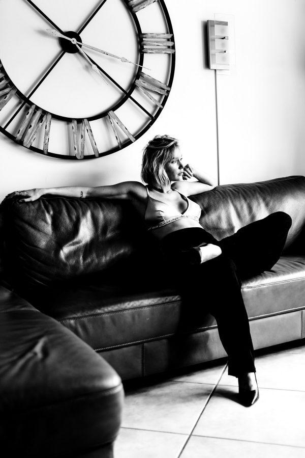 Frau auf der Couch Portrait in S/W