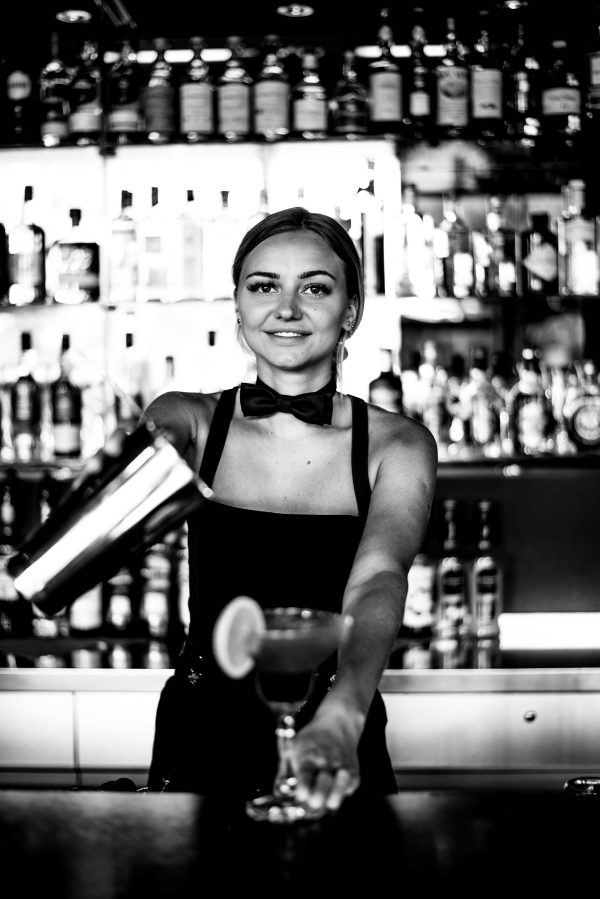 Frauenportrait Bartender in S/W