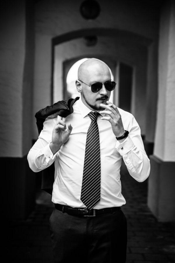 Mann beim rauchen mit Sonnenbrille in S/W