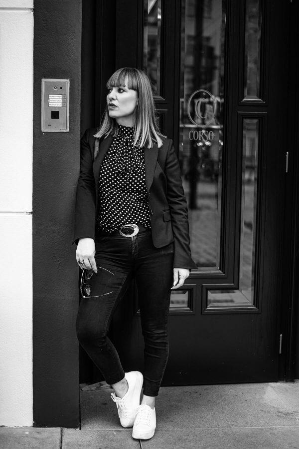 Frau vor der Tür Portrait in S/W