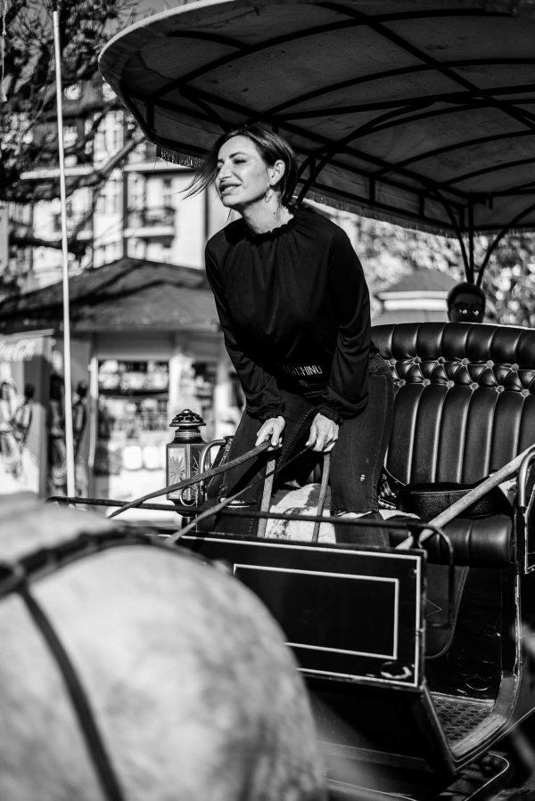 Frau auf der Kutsche Portrait in S/W