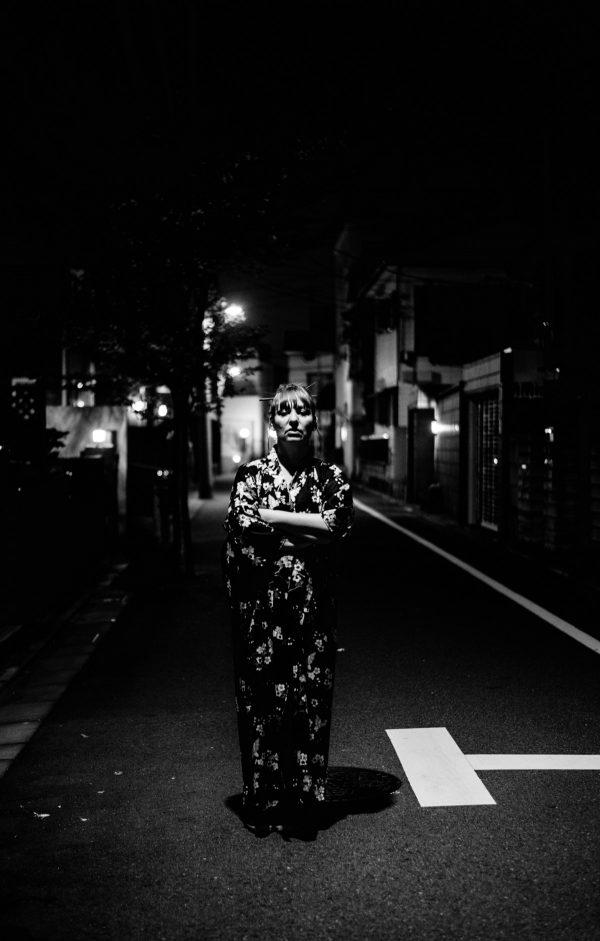 Frau im Kimono in Tokyo in S/W