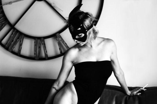 Frauenportrait mit Maske in S/W