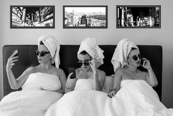 Drei Frauen mit Handtuch auf dem Kopf in S/W