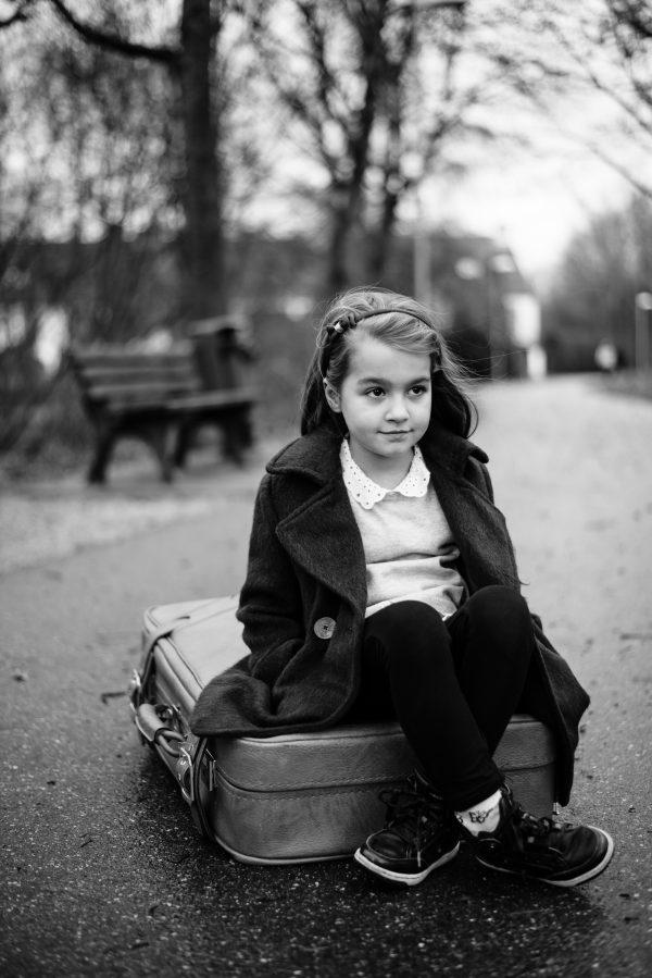 Mädchenportrait auf dem Koffer in S/W
