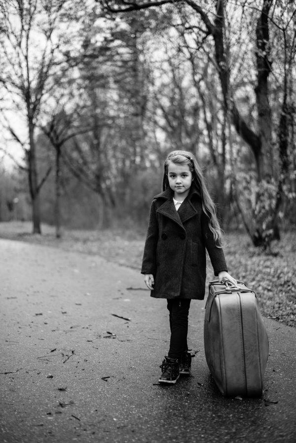 Mädchen mit Koffer Portrait in S/W