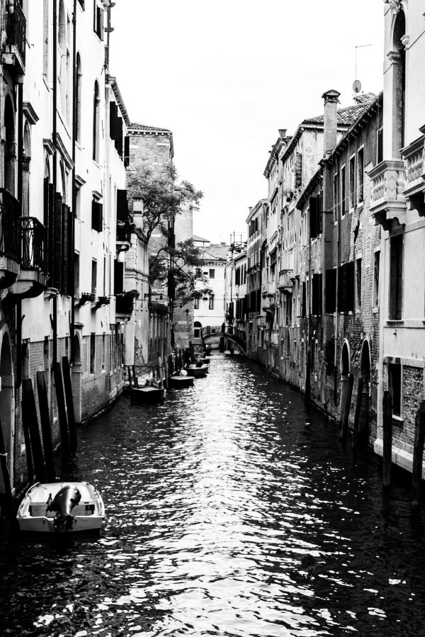 Kanal in Venedig in S/W