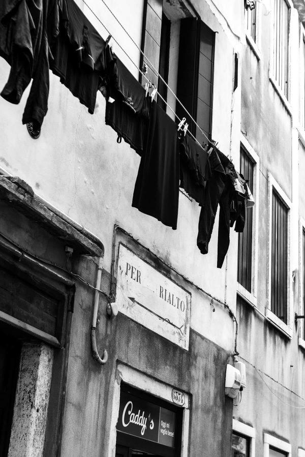 Wäscheleine auf der Strasse in Venedig in S/W