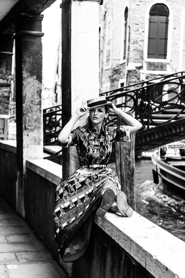 Frau mit Hut in Venedig Portrait in S/W