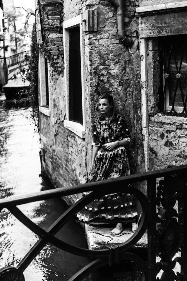 Frau am Kanal in Venedig Portrait in S/W