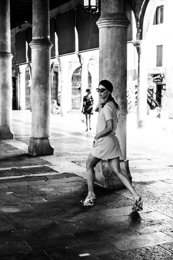 Frau mit Turban in Venedig in S/W