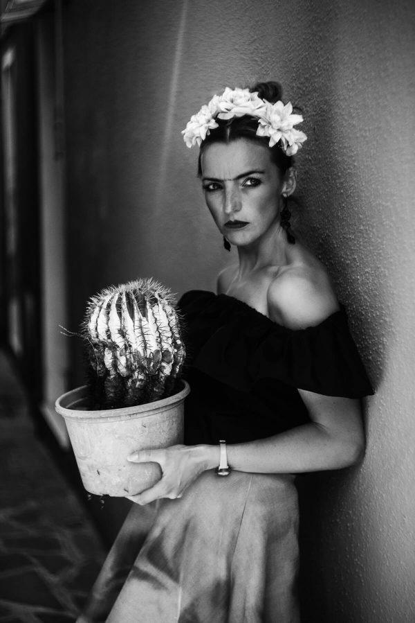 Frau mit Kaktus Portrait in S/W