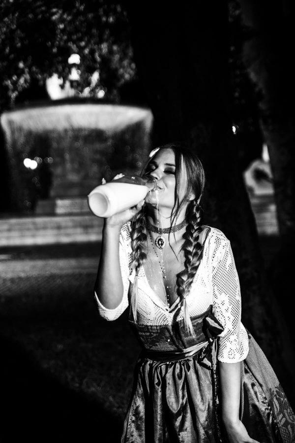 Frau mit Milch Portrait in S/W