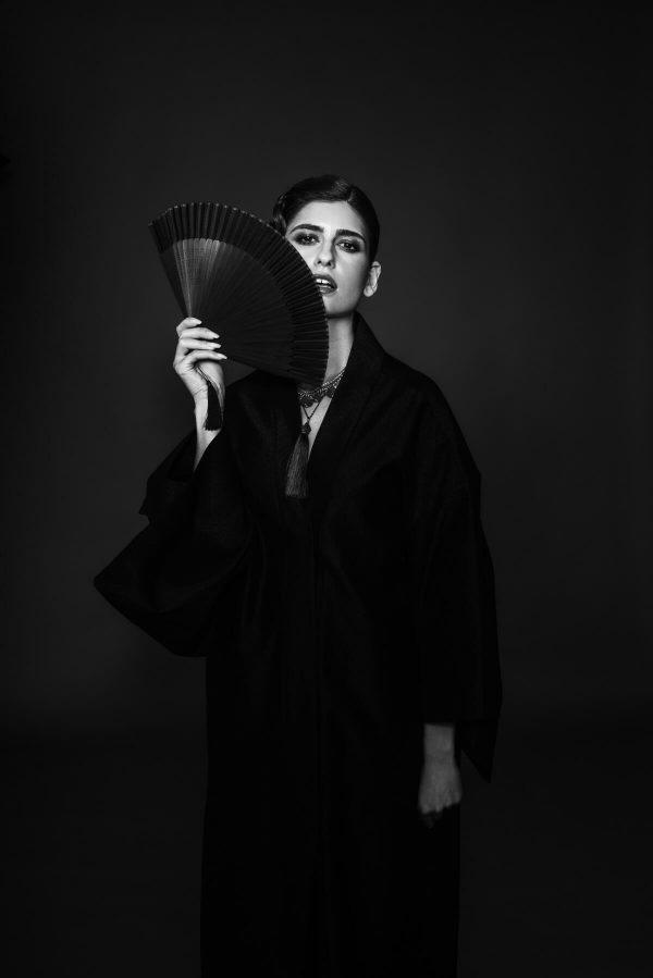Frau im Kimono mit Fächer Portrait in S/W