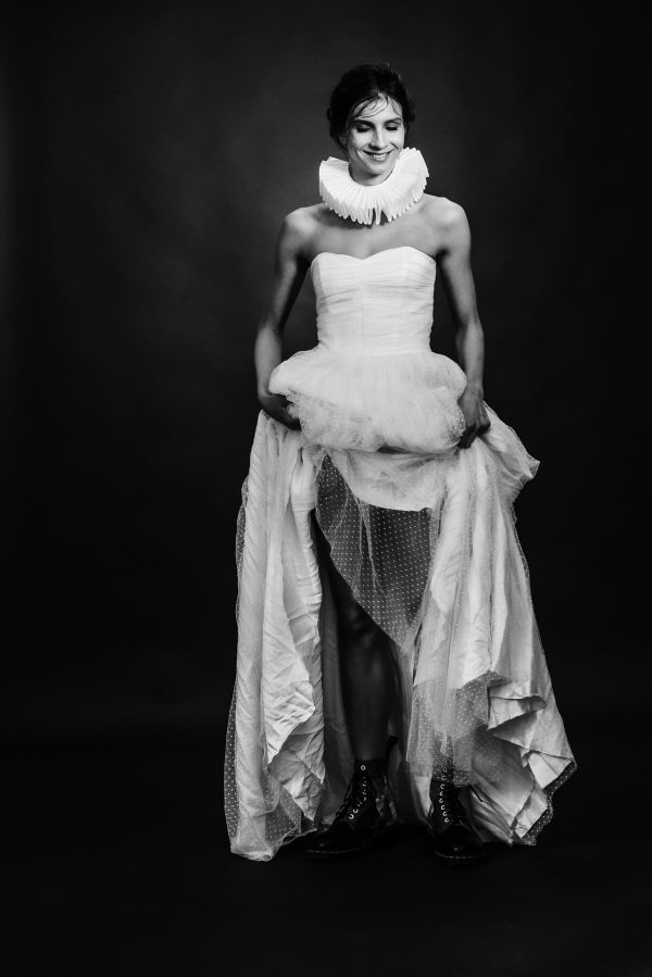 Frau im Brautkleid mit Harlekinkragen Portrait in S/W