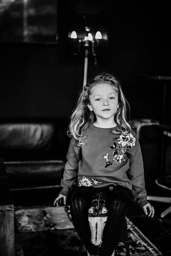Mädchen mit Schaukelpferd Portrait in S/W