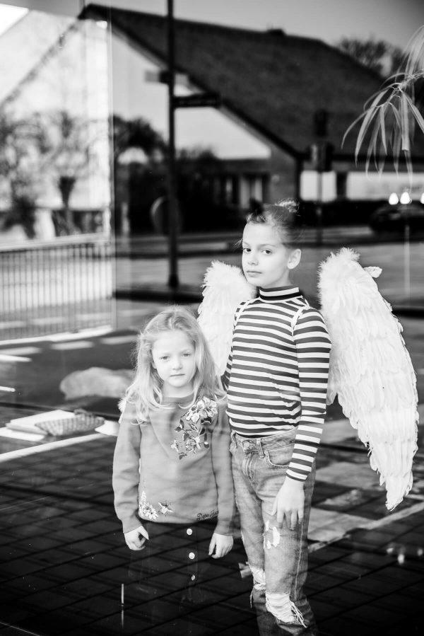 Mädchen mit Engelsflügeln Portrait in S/W