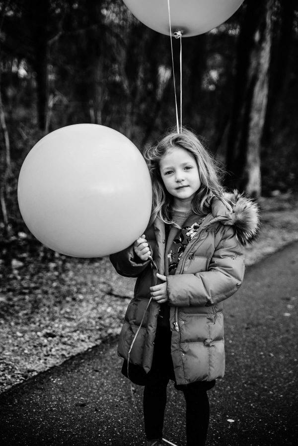 Mädchen mit Luftballons Portrait in S/W