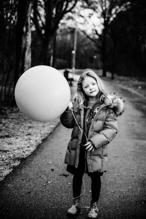 Mädchen mit Luftballon Portrait in S/W