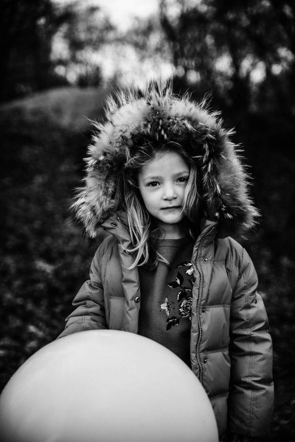 Mädchen mit Kapuze Portrait in S/W