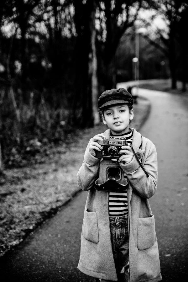 Mädchen mit Kamera Portrait in S/W