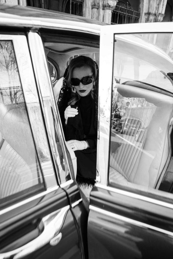 Luxusfashion Beerdigung Frau Portrait in S/W