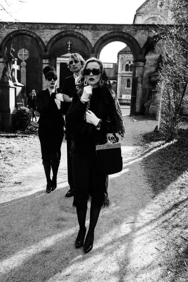 Luxusfashion Beerdigung Frauenportrait in S/W