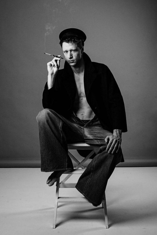 Mann Zigarette Portrait in S/W