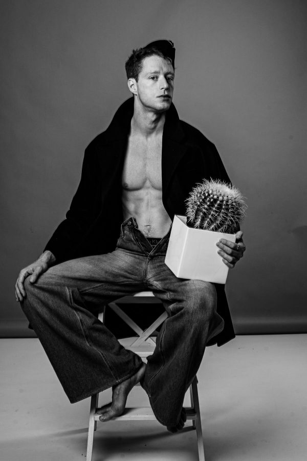 Mann mit Kaktus Portrait in S/W