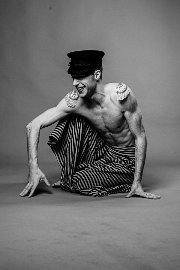 Tänzer Mann mit Hut und Schulterklappen Portrait in S/W