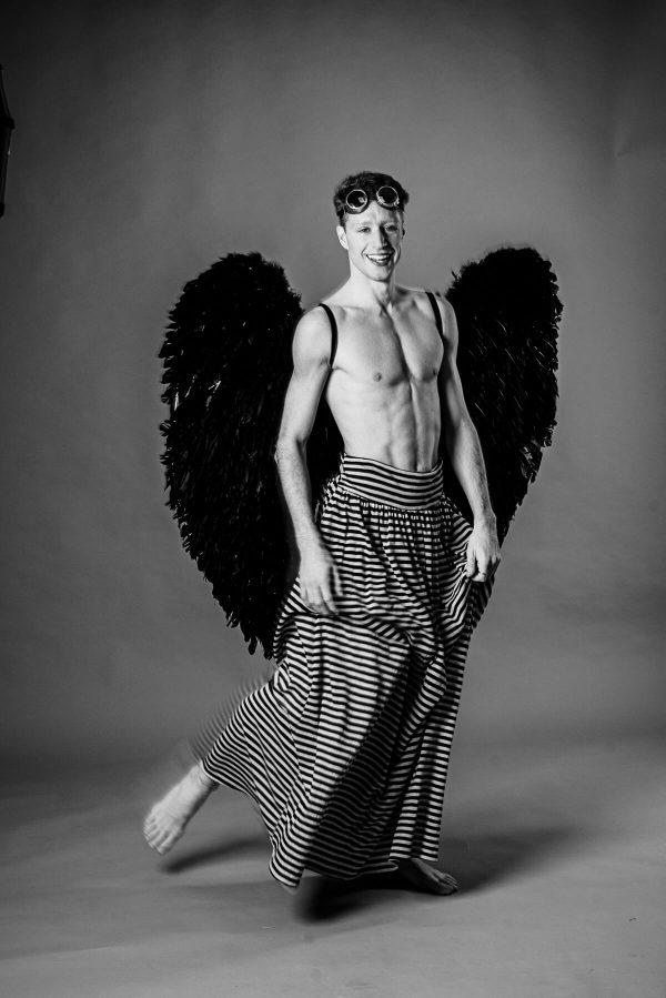 Mann mit Flügeln Portrait in S/W