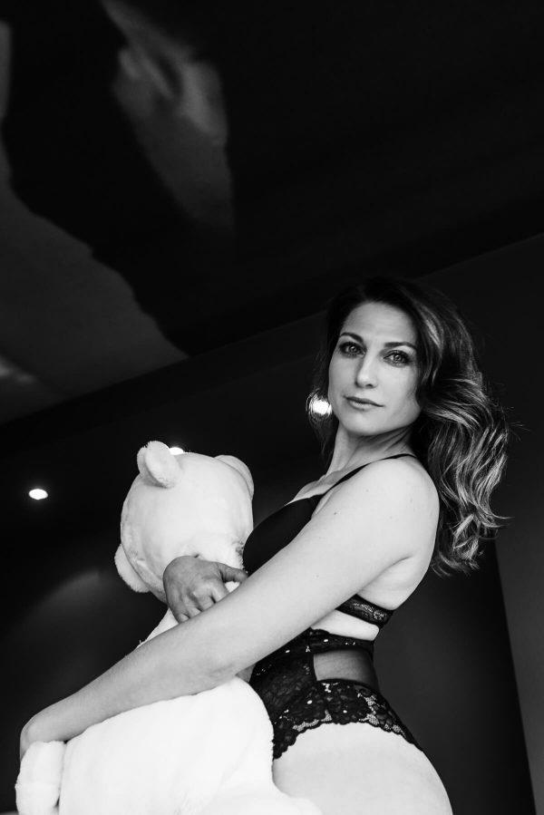 Frau mit Teddy Portrait in S/W