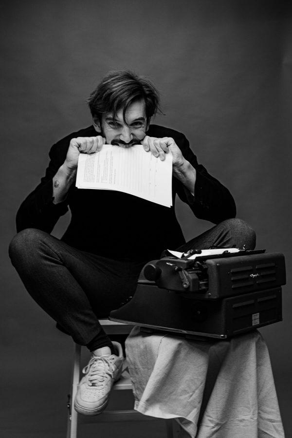 Mann beim schreiben Portrait in S/W