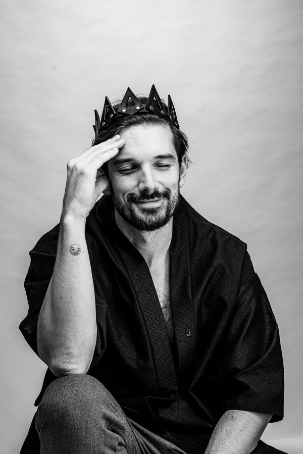 Mann mit Krone Portrait in S/W