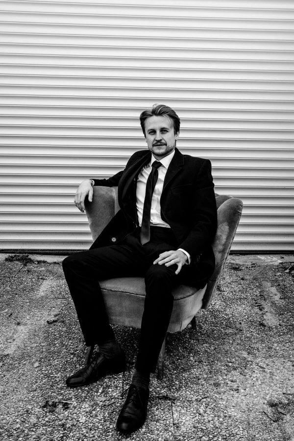Mann im Sessel Portrait in S/W