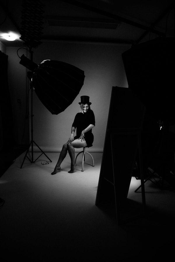 Frau mit Zylinder Portrait in S/W