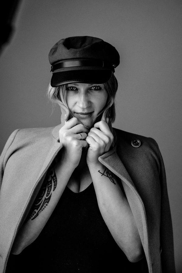 Frau mit Hut Portrait in S/W