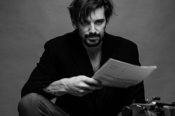 Mann mit Schreibmaschine Portrait in S/W
