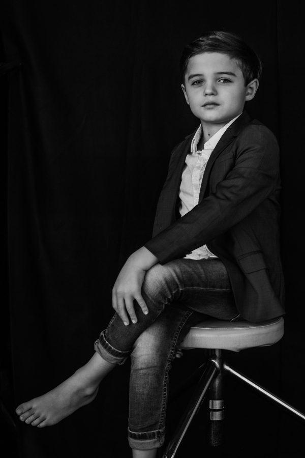 Kinderportrait in schwarz weiss, Businessmanpose