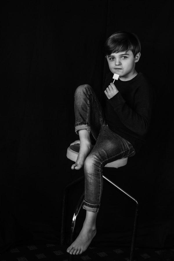 Kinderportrait in schwarz weiss mit Lolli