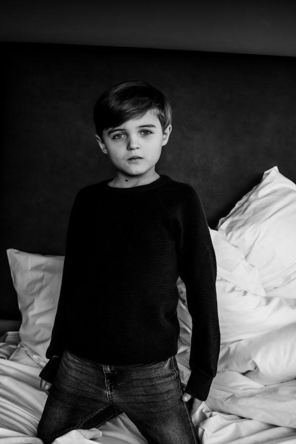Kinderportrait in schwarz weiss mit Pullover