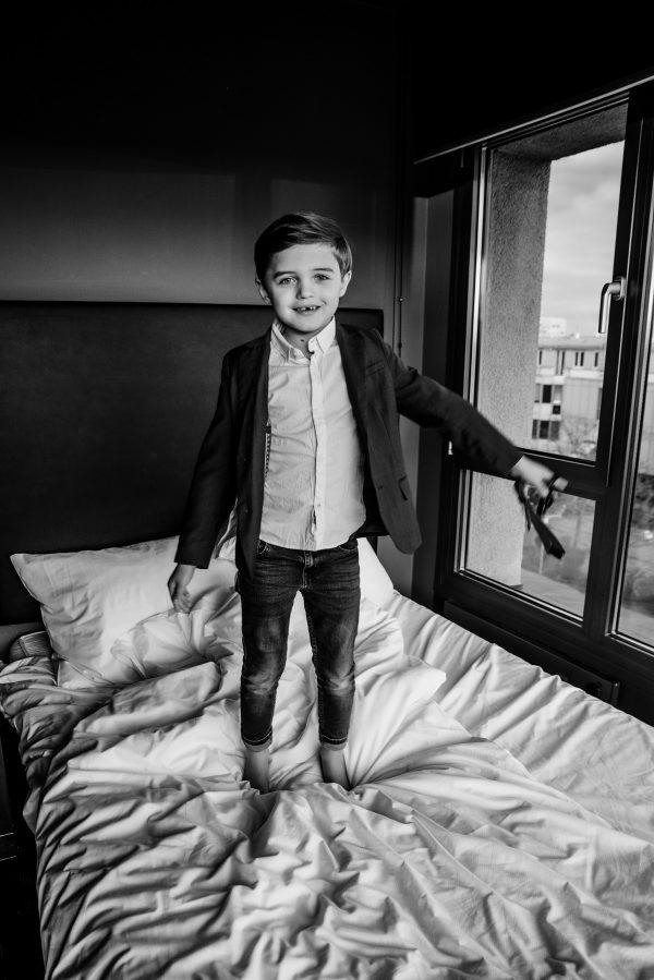 Kinderportrait in schwarz weiss, springen auf dem Bett