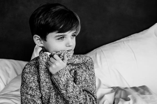 Kinderportrait in schwarz weiss mit Pulli