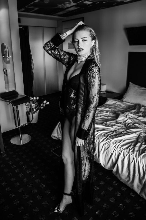 Frau im Hotel Portrait in S/W