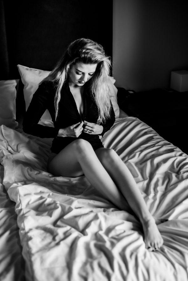 Frau auf dem Bett Portrait in S/W