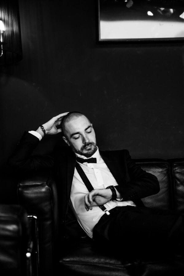 Mann mit Uhr Portrait in S/W