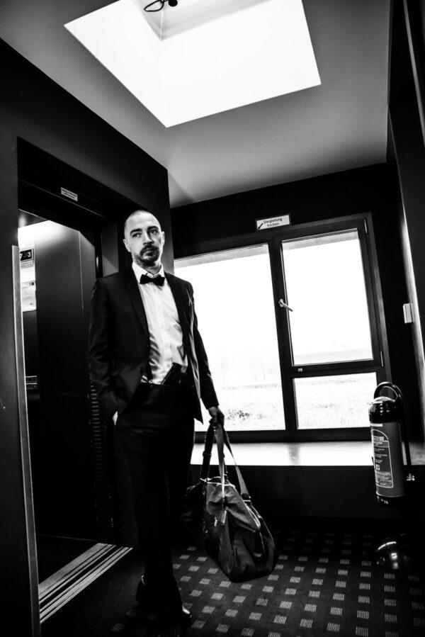 Mann am Aufzug Portrait in S/W