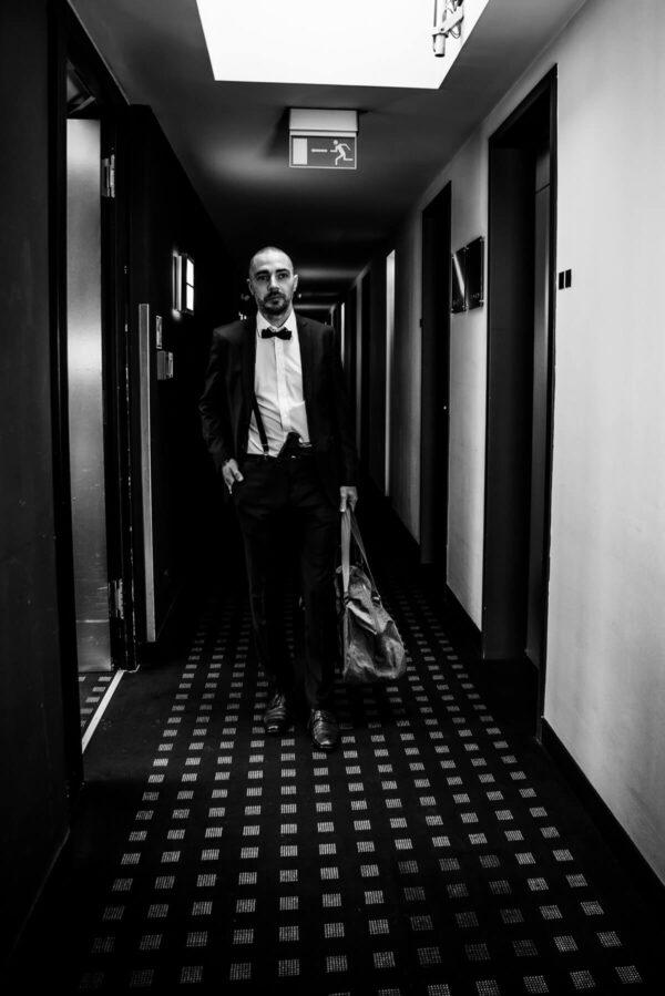Mann mit Tasche Portrait in S/W