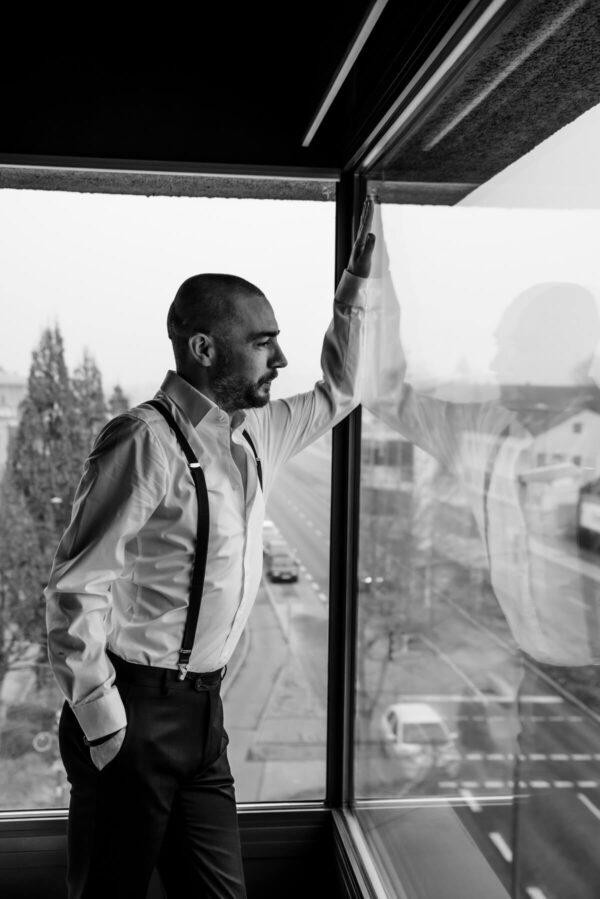 Mann im Fenster Portrait in S/W