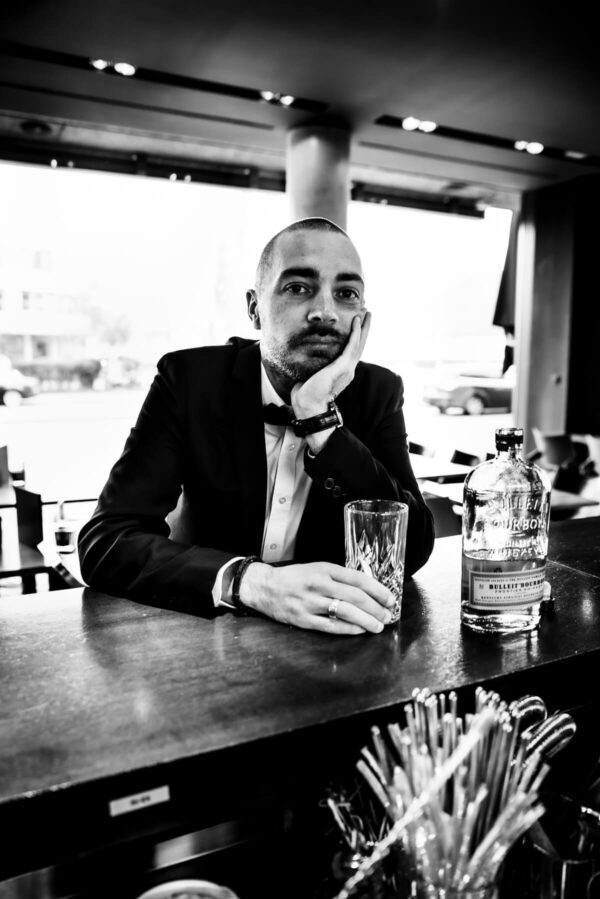 Mann mit Cocktail Portrait in S/W